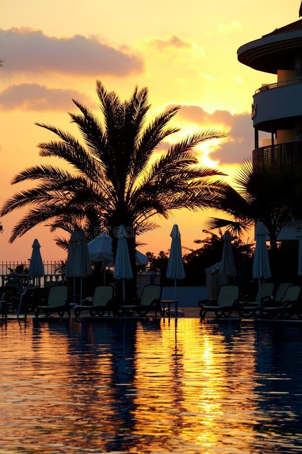 Coucher du soleil au poolside images stock