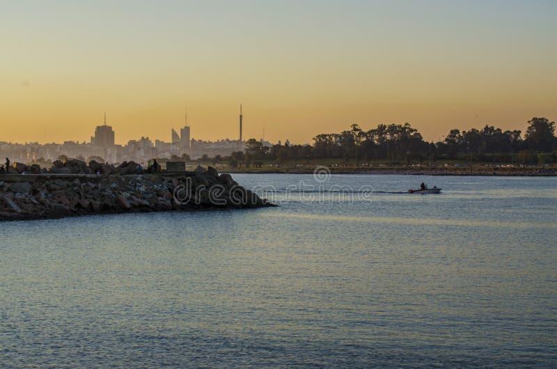 Coucher du soleil au port à Montevideo image libre de droits