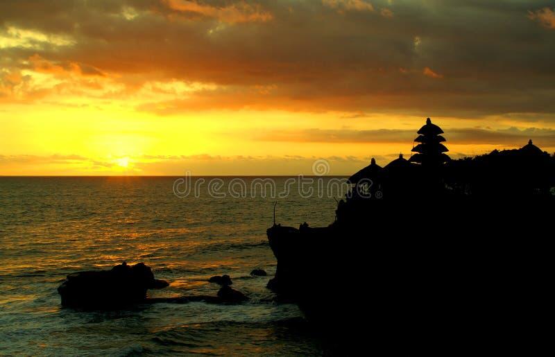 Coucher du soleil au sort de Tanah image libre de droits