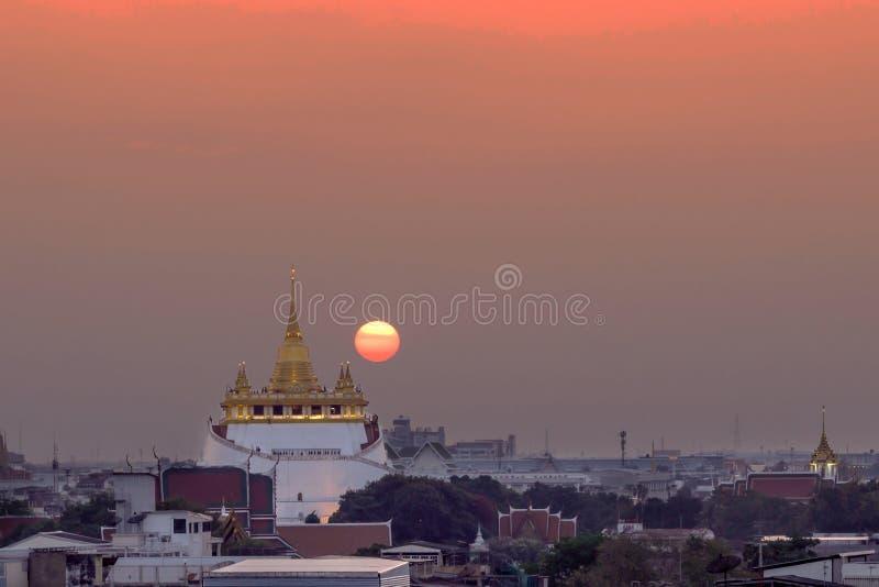Coucher du soleil au temple d'or de b?ti photo stock