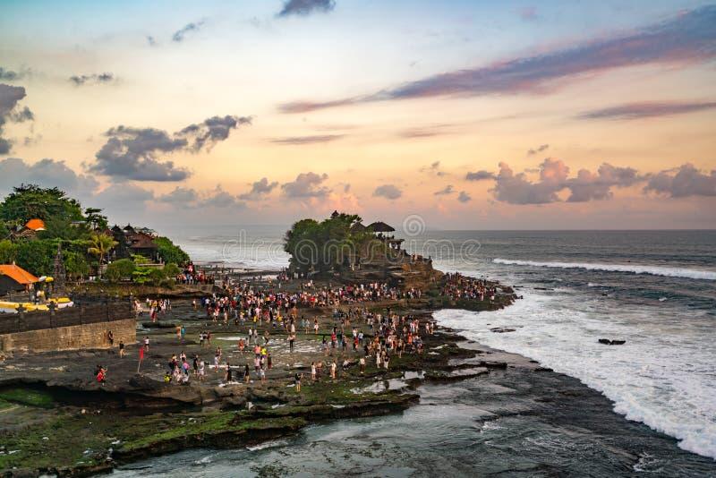 Coucher du soleil au temple de sort de Tanah sur la mer en île de Bali, Indonésie images libres de droits