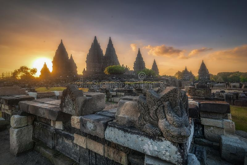 Coucher du soleil au temple prambanan photos stock
