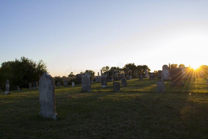 Coucher du soleil au vieux cimetière photographie stock