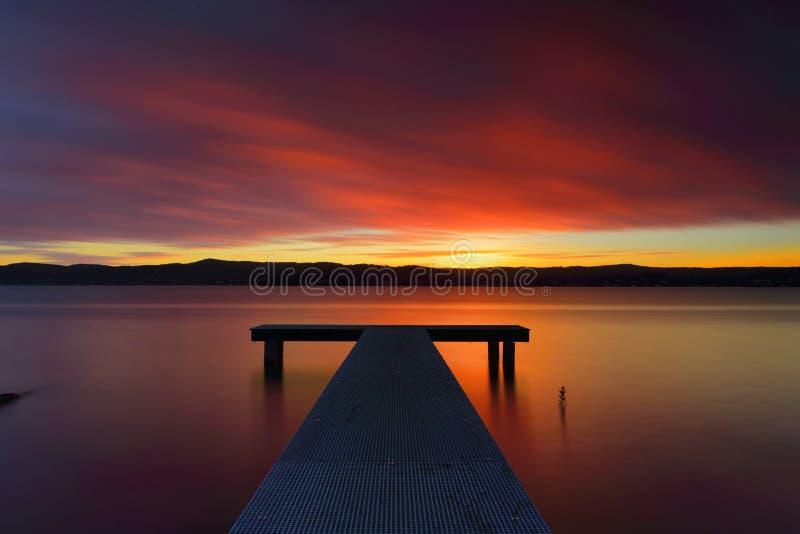 Coucher du soleil australien glorieux et jetée images stock