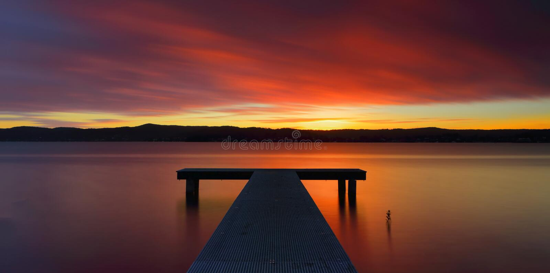 Coucher du soleil australien glorieux et jetée photo stock