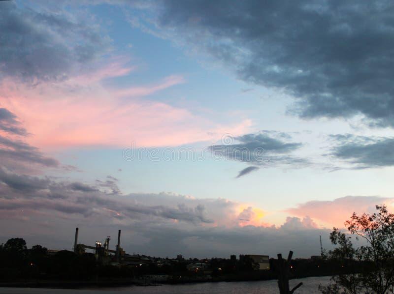 Coucher du soleil australien regardant au-dessus de la rivière de Brisbane de la commande de couronnement vers la banque du sud photo stock