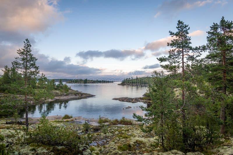 Coucher du soleil aux îles de république de la Carélie sur le lac Ladoga photographie stock libre de droits