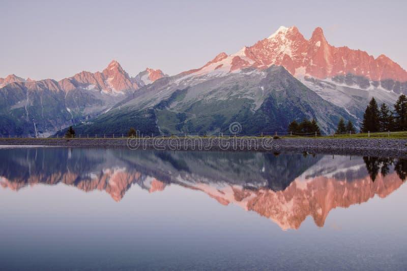 Coucher du soleil aux alpes, près de Chamonix images stock