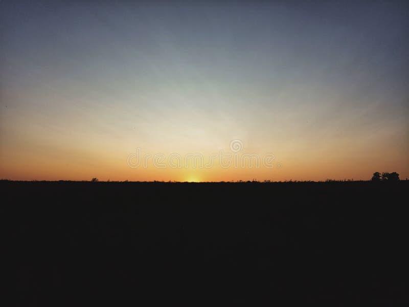 Coucher du soleil aux champs photo libre de droits
