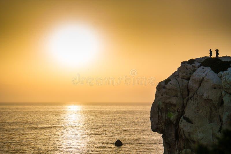 Coucher du soleil aux falaises de Sardegna photographie stock