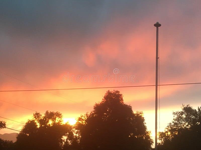 Coucher du soleil aux lignes électriques images libres de droits