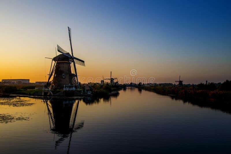 Coucher du soleil aux moulins à vent de patrimoine mondial de l'UNESCO images stock