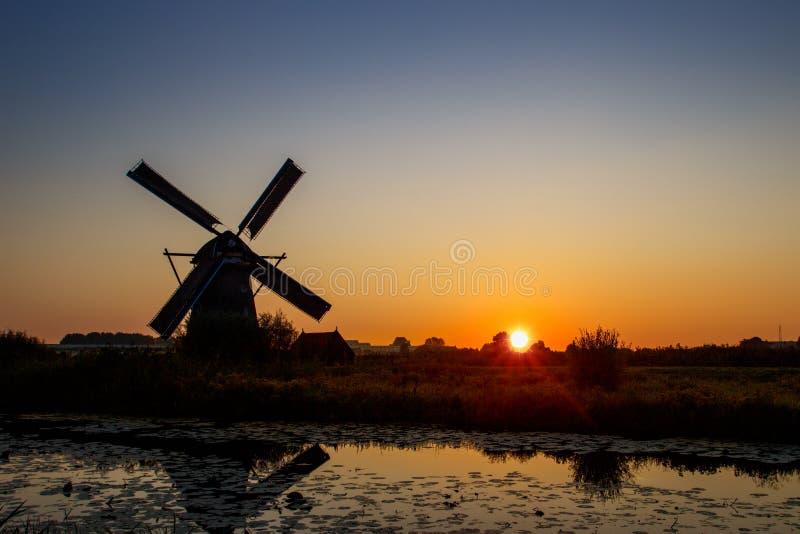 Coucher du soleil aux moulins à vent de patrimoine mondial de l'UNESCO photographie stock libre de droits