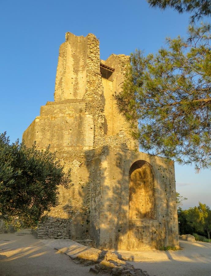 Coucher du soleil aux ruines de la tour romaine antique connue sous le nom de visite Magne à Nîmes, France photo libre de droits