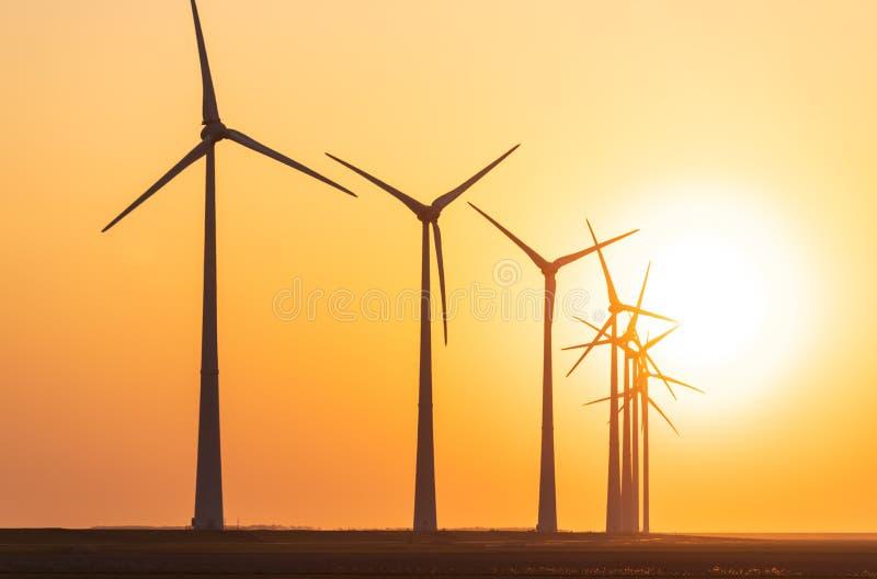 Coucher du soleil aux turbines de vent image stock