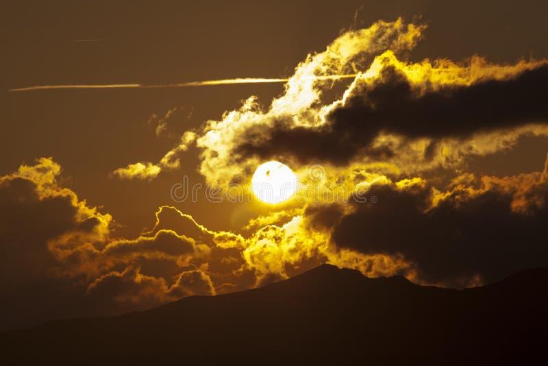 Coucher du soleil avec des coulds images libres de droits
