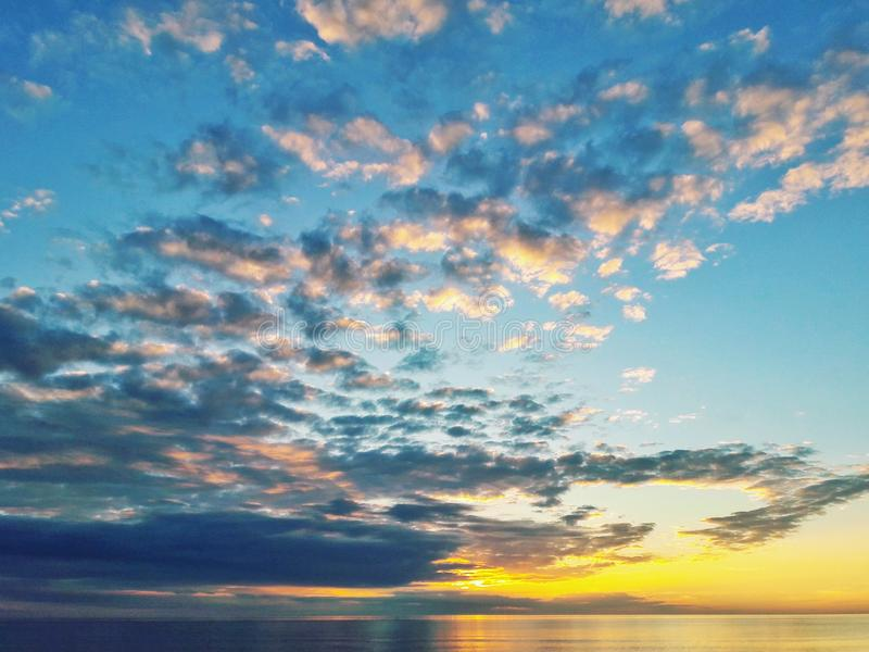 Coucher du soleil avec des nuages image stock