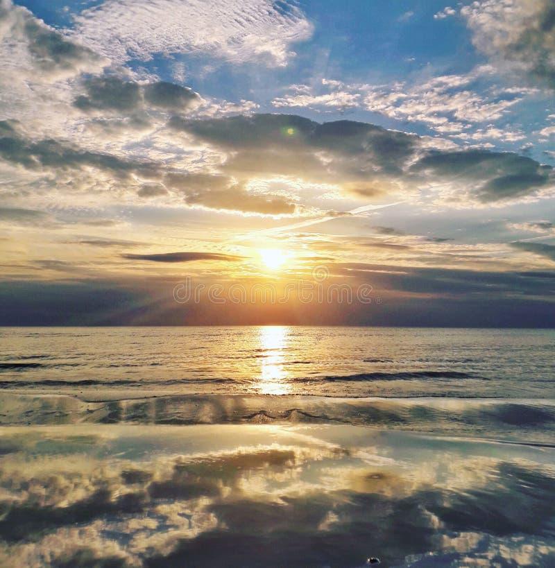 Coucher du soleil avec des nuages photographie stock