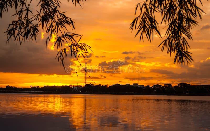 Coucher du soleil avec des nuages, aux nuances oranges et pourpres image libre de droits