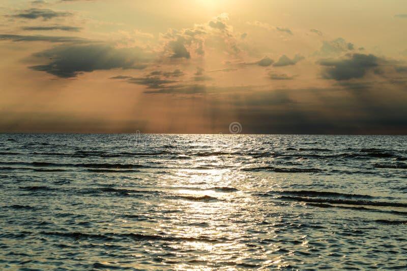 Coucher du soleil avec des nuages et des efects atmosphériques images stock
