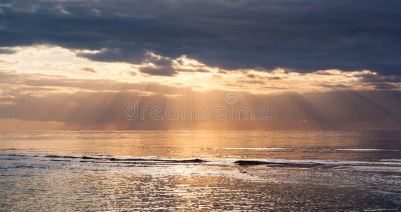 Coucher du soleil avec des rayons du soleil images libres de droits