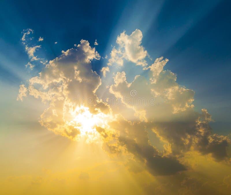 Coucher du soleil avec des rayons du soleil photographie stock