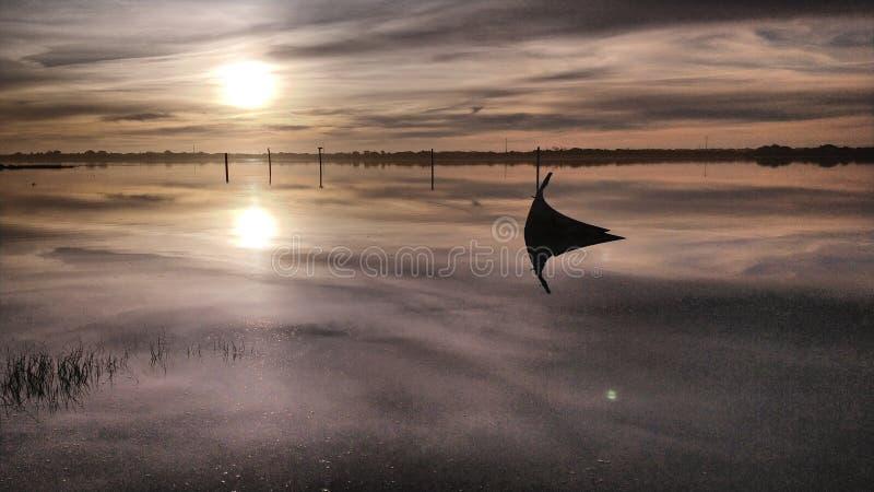 Coucher du soleil avec la brume au-dessus de l'eau photo libre de droits