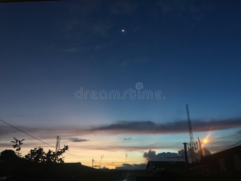 Coucher du soleil avec la lune images stock