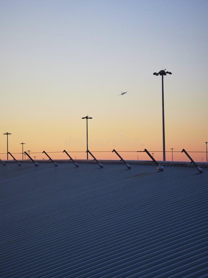 Coucher du soleil avec la silhouette du décollage d'avion photos stock