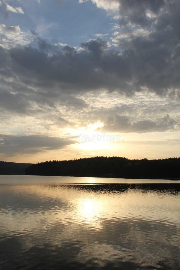 Coucher du soleil avec le barrage de Lipno images libres de droits