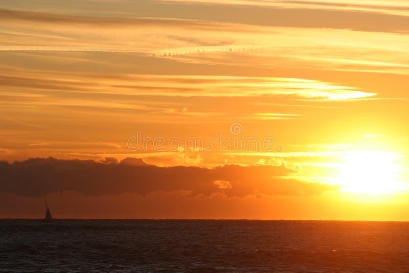 Coucher du soleil avec le bateau à voile photographie stock