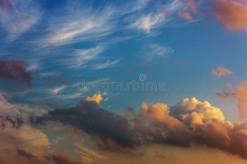 Coucher du soleil avec le beau ciel bleu avec les nuages multicolores image stock