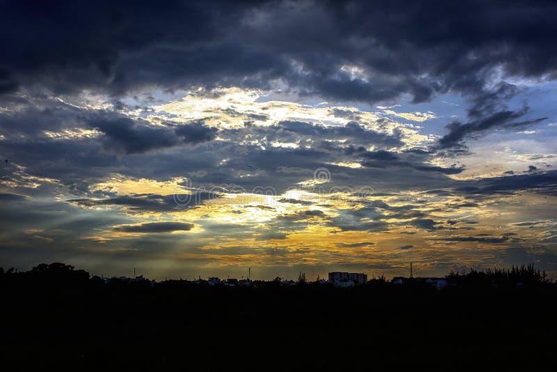 Coucher du soleil avec le ciel bleu sur la ville photo stock
