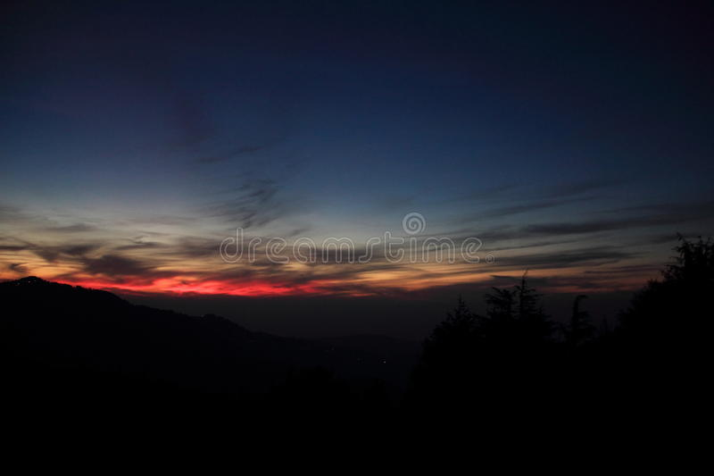 Coucher du soleil avec le ciel coloré de mélange photographie stock libre de droits