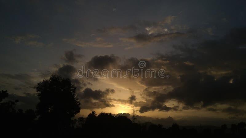 Coucher du soleil avec le ciel de nuages image libre de droits