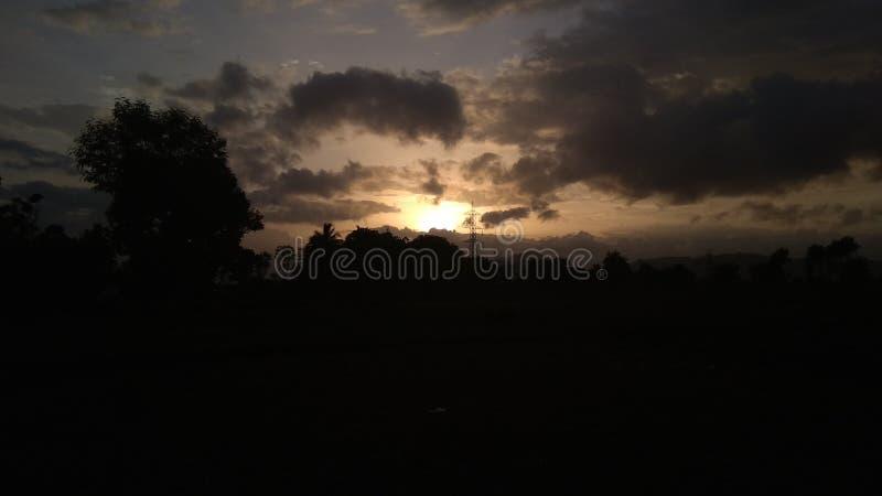Coucher du soleil avec le ciel de nuages photos stock