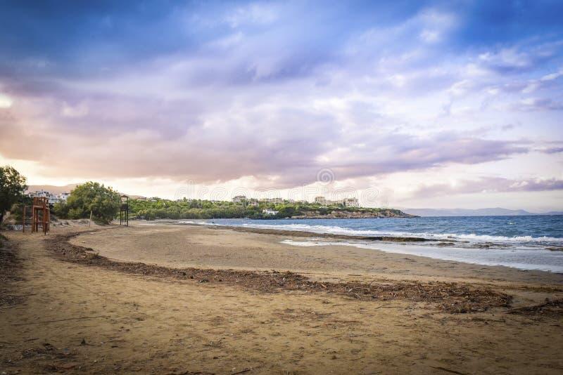 Coucher du soleil avec le ciel dramatique au-dessus de la plage chez Rafina, Grèce image libre de droits