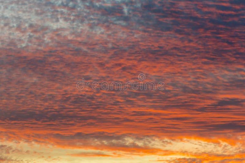 Coucher du soleil avec le ciel orange Ciel orange et jaune vibrant lumineux chaud de coucher du soleil de couleurs Coucher du sol photos stock