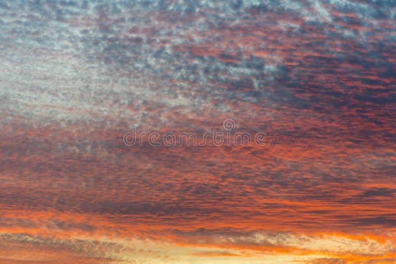 Coucher du soleil avec le ciel orange Ciel orange et jaune vibrant lumineux chaud de coucher du soleil de couleurs Coucher du sol photographie stock libre de droits