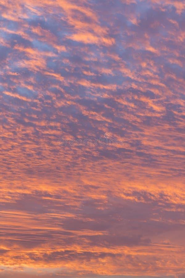 Coucher du soleil avec le ciel orange Ciel orange et jaune vibrant lumineux chaud de coucher du soleil de couleurs Coucher du sol photos libres de droits