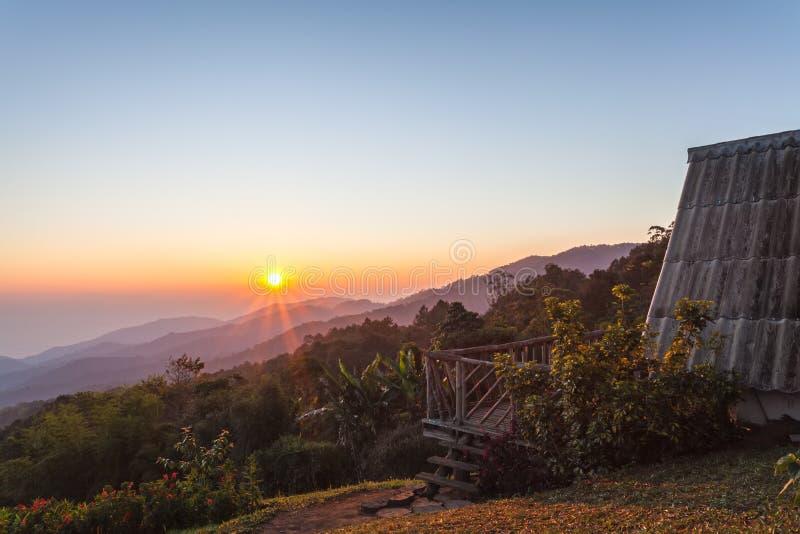 Coucher du soleil avec le cottage en bois sur Doi Mae Taman, Agricultur des montagnes photographie stock libre de droits