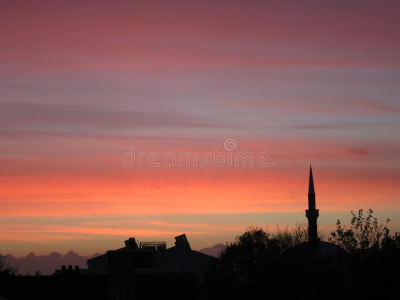 Coucher du soleil avec le minaret et les arbres image libre de droits
