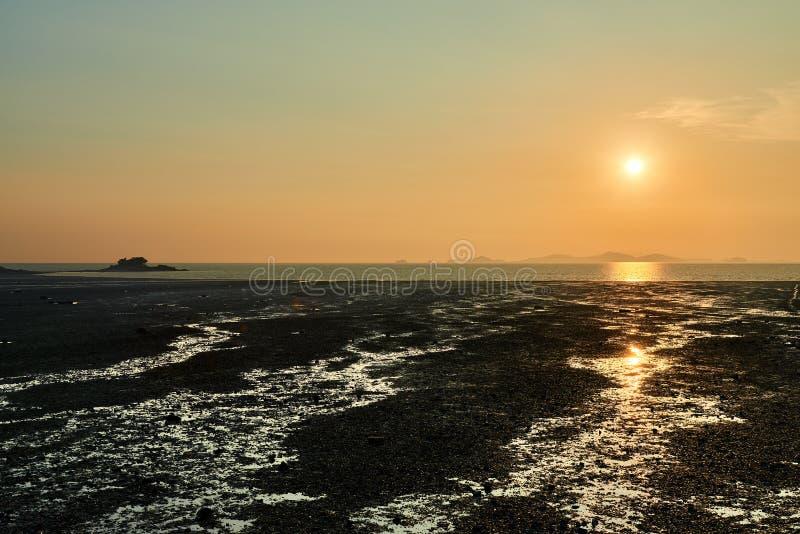 Coucher du soleil avec le tideland photographie stock