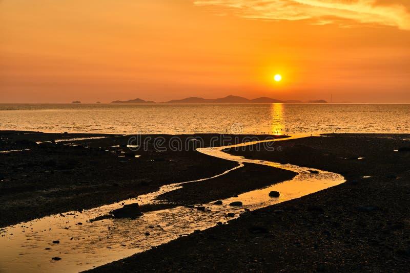 Coucher du soleil avec le tideland photo stock