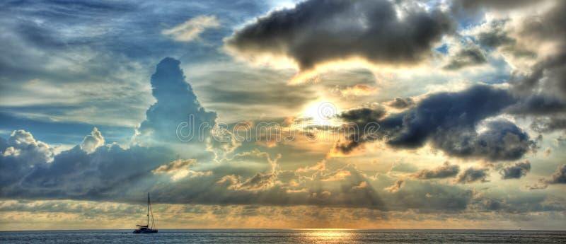 Coucher du soleil avec le yacht photographie stock libre de droits