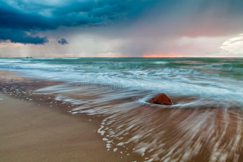 Coucher du soleil baltique dramatique images stock