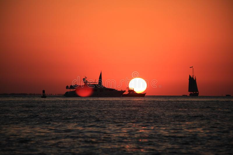 Coucher du soleil, bateau, voile photos stock