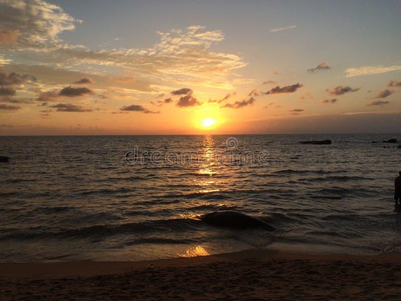Coucher du soleil - belle plage photographie stock