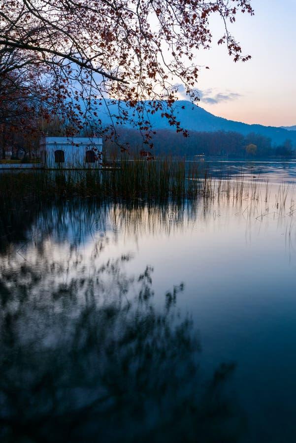 Coucher du soleil bleu au lac banyoles image libre de droits