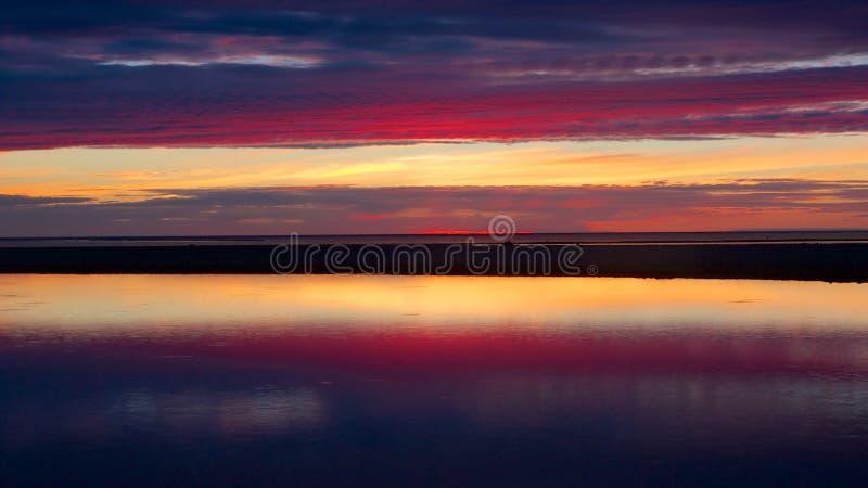 Coucher du soleil bleu et rouge dans Kalajoki image stock